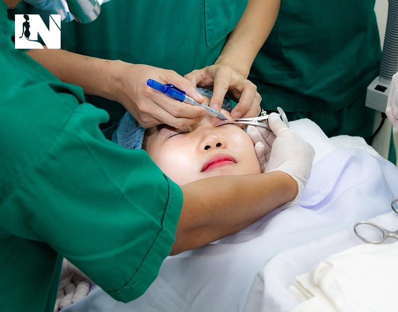 Nhấn mí mắtnếu không thực hiện đúng Bác sĩ có thể dẫn đến những hậu quả khôn lường
